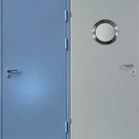 Стальная дверь эконом класса с обычным окрасом с 2-х сторон с зеркалом