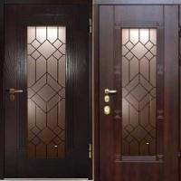 Железная дверь в коттедж с МДФ со стеклом и массивом