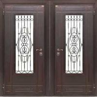 Металлическая дверь в частный дом с массивом со стеклом и ковкой и массивом