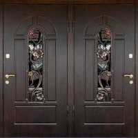 Стальная уличная дверь с массивом с 2х сторон и ковкой