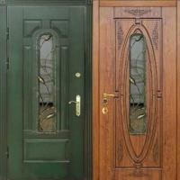 Стальная уличная дверь с массивом с двух сторон со стеклом и ковкой
