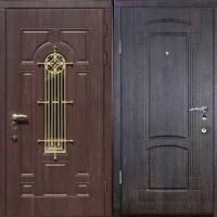 Стальная уличная дверь с массивом с двух сторон и ковкой